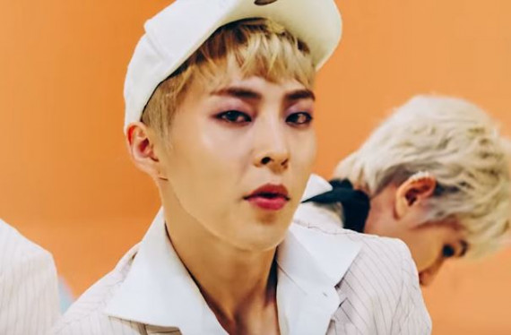 Xiumin looks super good with lilac eye makeup! (dok. SM Entertainment)